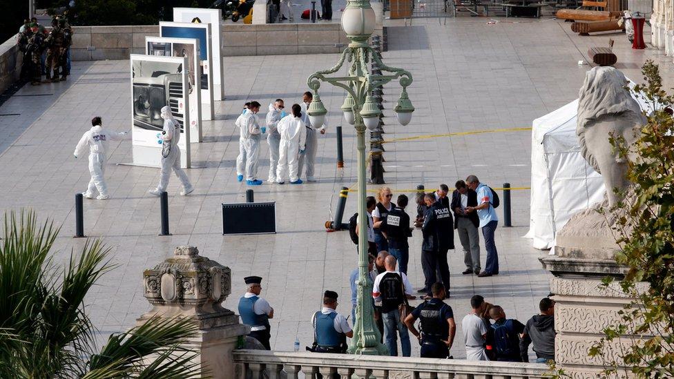 La policía investiga el ataque con cuchillos de un hombre que dejó dos mujeres muertas en Marsella, Francia.