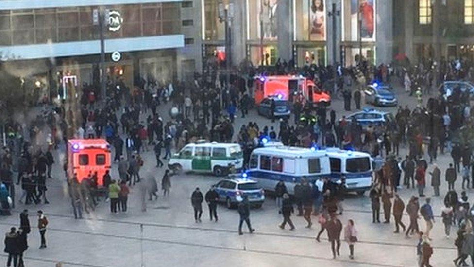 Фанаты двух звезд YоuTube устроили драку в Берлине. Их разгоняли слезоточивым газом