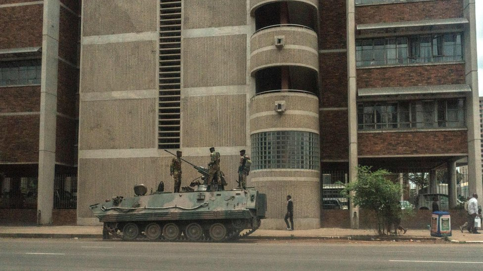 El Ejército de Zimbabue patrulló las calles de la capital después de poner a Mugabe bajo custodia.