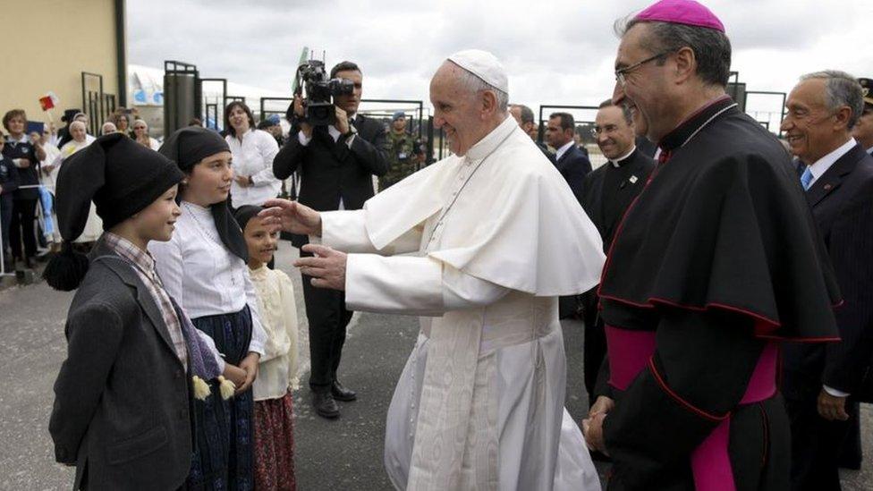 ارتدى ثلاثة أطفال ملابس مشابهة للمللابس التي ارتداها الرعاة الثلاثة لتحية البابا فرانسس عند وصوله إلى المكان