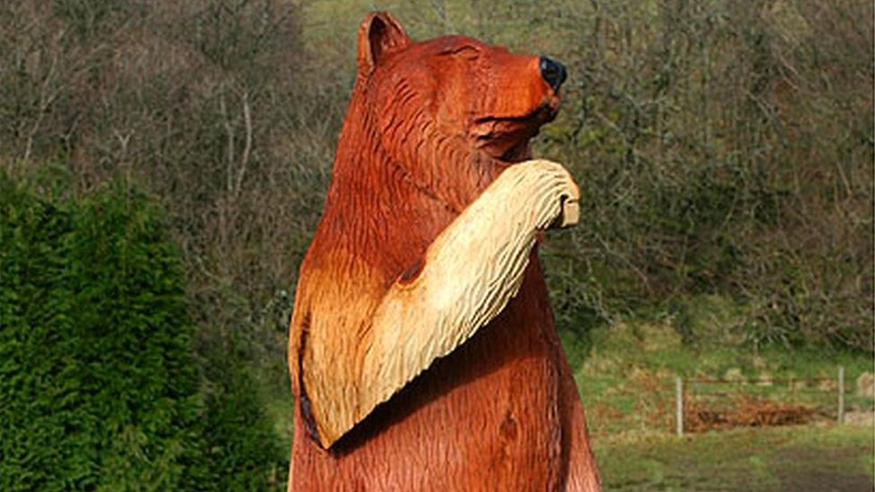 Llanwrtyd Wells bear statue 'must go' after 'road scare'