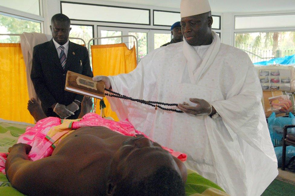 Yahya Jammeh para un Corán sobre un paciente en 2007.