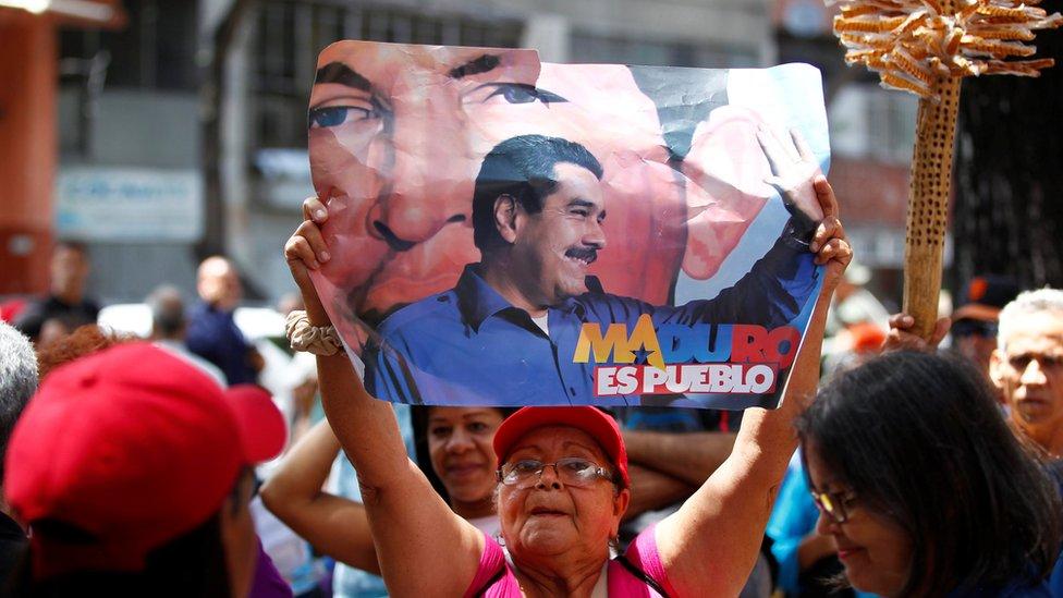 Mujer con un cartel de apoyo a Maduro