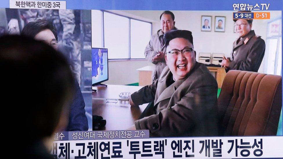 Imagen del líder de Corea del Norte, Kim Jong-un en el sitio de lanzamientos de Sohae
