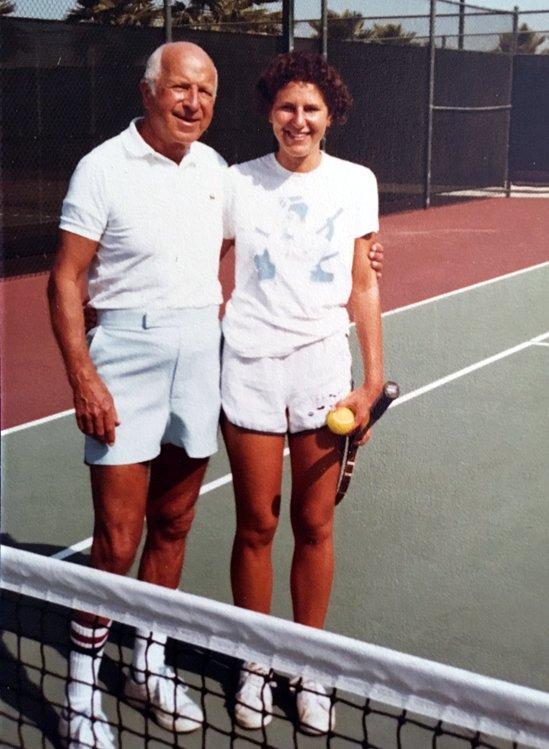 Меріенн Ґрей грає в теніс з батьком в 1976 або 1977 році, перед аварією