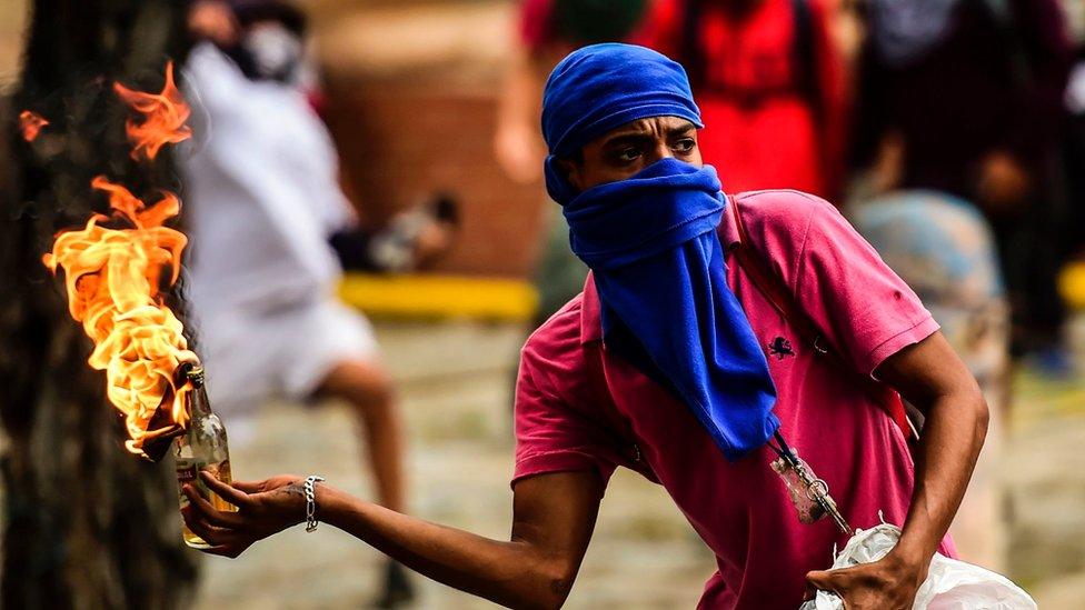 Миллионные протесты в Венесуэле: есть погибшие, конца митингам не видно