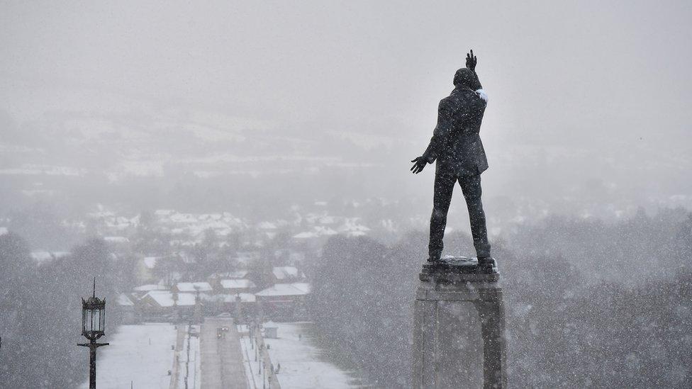 Una estatua en el exterior del Parlamento del Ulster.