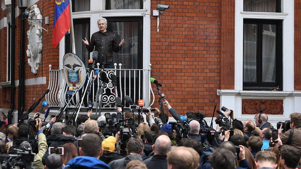 جوليان أسانج يدلي بالتصريحات للصحفيين من شرفة السفارة