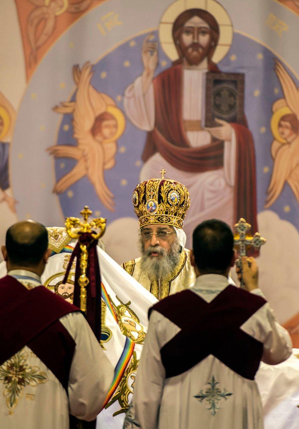 بابا الأقباط الأرثوذكس تواضروس في قداس عشية الاحتفال بأعياد الميلاد يوم السبت. ويحتفل الأقباط في مصر بأعياد الميلاد يوم 7 يناير/كانون الثاني.