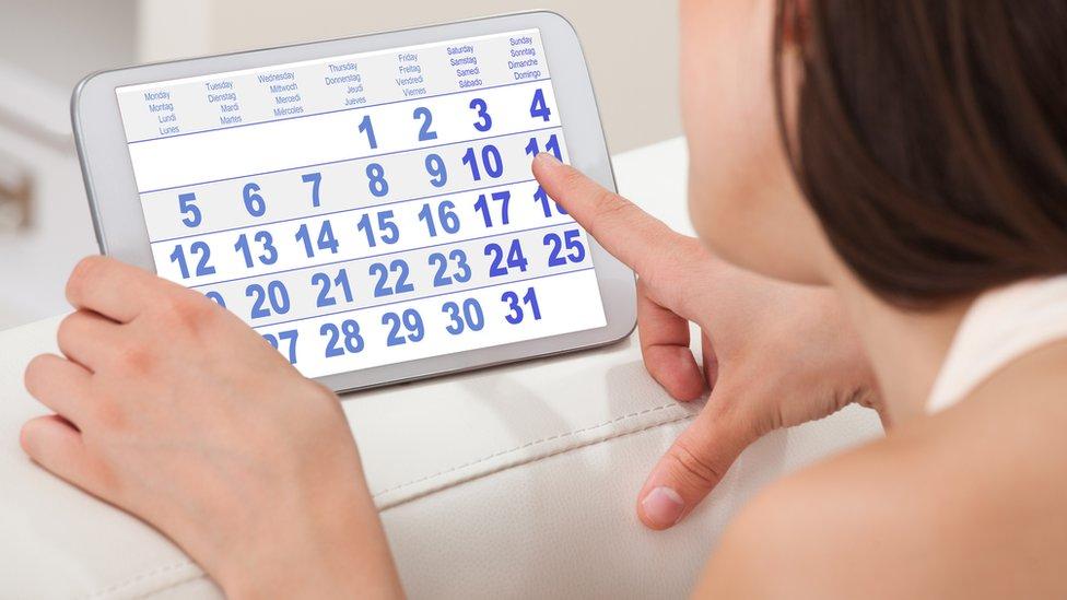 Mujer viendo un calendario
