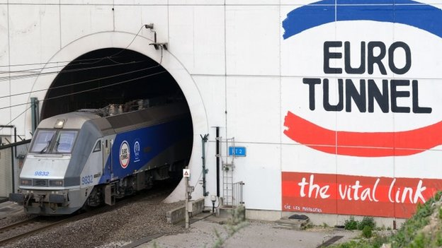Some 2,000 migrants tried to enter the Channel Tunnel terminal in Calais on Monday night in an attempt to reach the UK, operator Eurotunnel says.