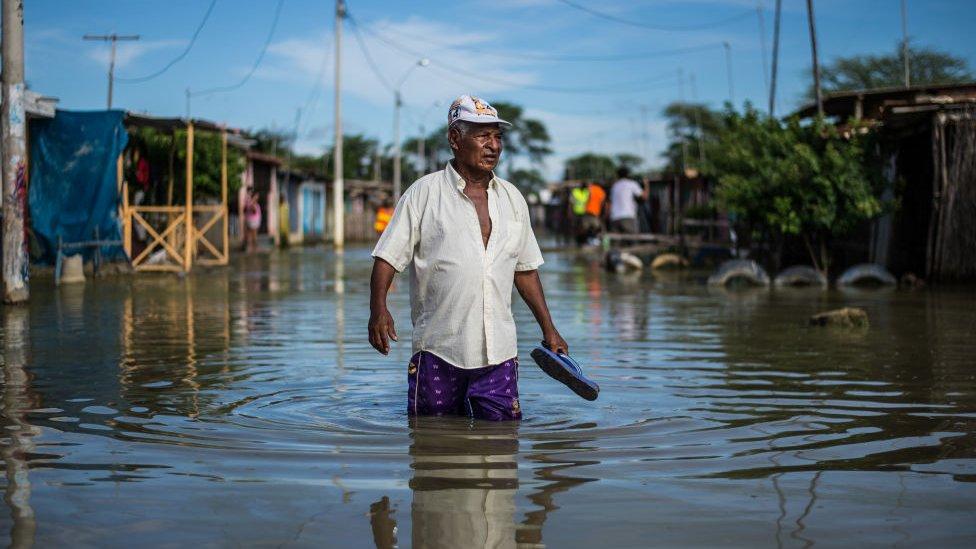 Hombre en medio inundaciones
