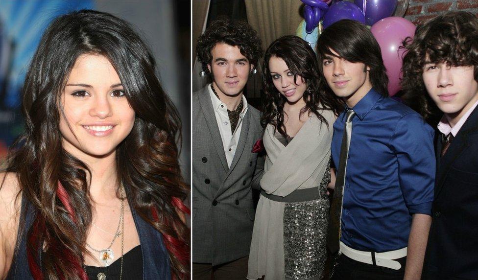 Fotos de archivo Selena Gomez y los hermanos Jonas y Miley Cyrus
