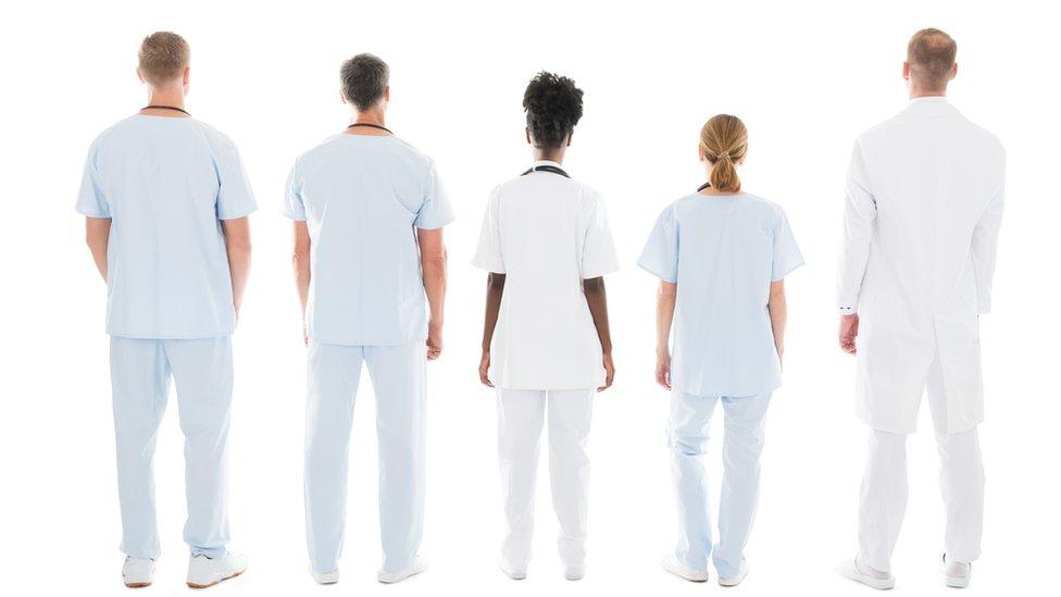 Enfermeros dando la espalda.