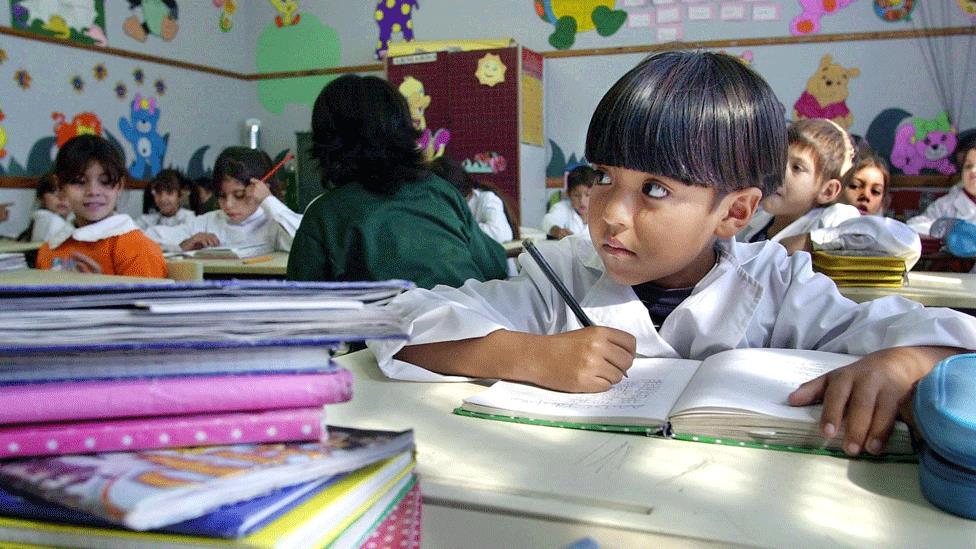 Cada vez más argentinos envían a sus hijos a escuelas privadas debido a los problemas de la educación pública.