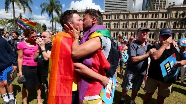 Muchos celebraron en las calles el resultado de la consulta sobre el matrimonio homosexual.