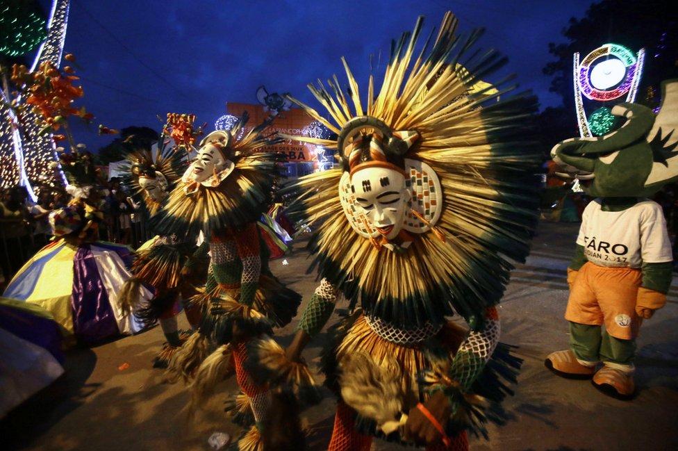 رقاصون وراقصات يؤدون رقصات عند اختتام الألعاب الفرنكفونية بعاصمة ساحل العاج أبيجان. وشارك في هذه الألعاب أكثر من 3000 شخص من الدول الناطقة بالفرنسية لاستعراض مهاراتهم في الفن، والثقافة، والرياضة.