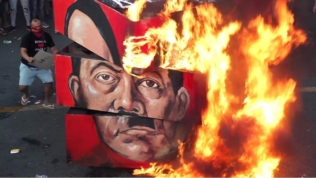 Philippines protesters burn Duterte effigy