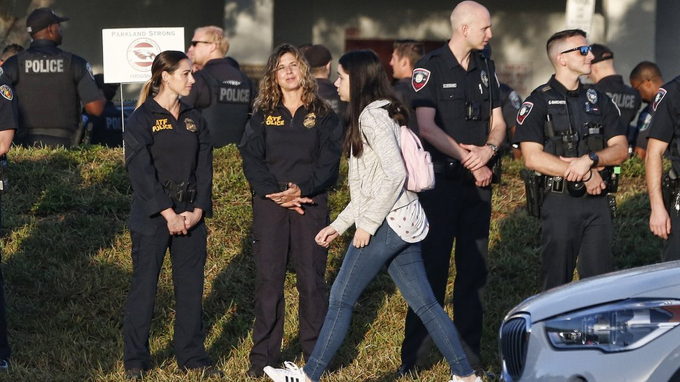 Un fuerte despliegue policial custodió el regreso de los jóvenes a la escuela.