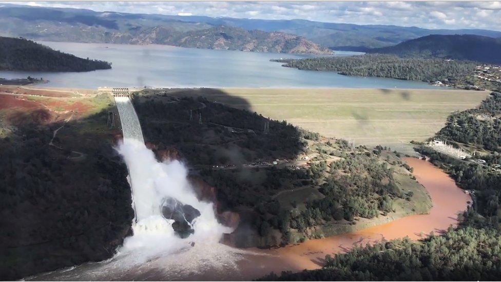 Vista aérea de la represa y la inundación.