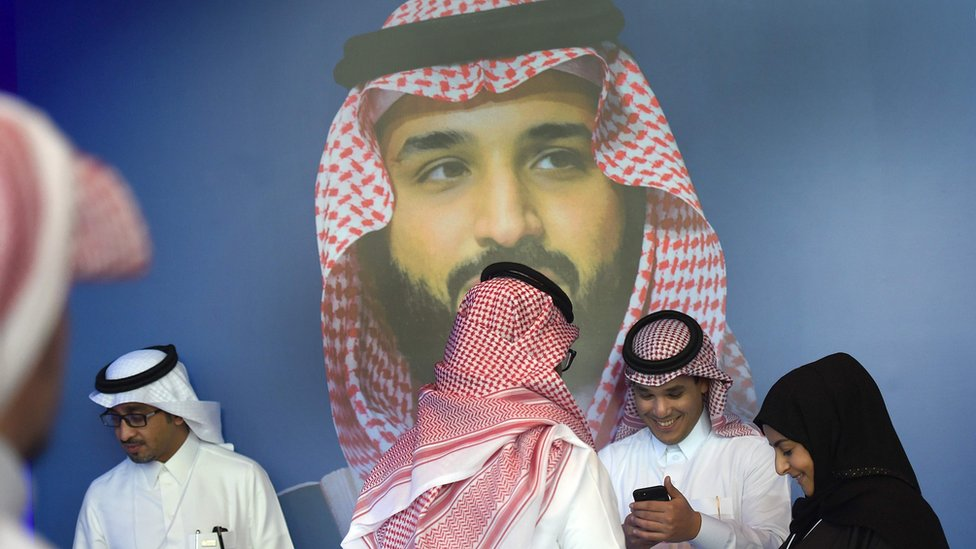 صورة لولي العهد الأمير محمد بن سلمان في خلفية القاعة الرئيسية لمؤتمر للشباب استضافته الرياض في نوفمبر/تشرين الثاني.