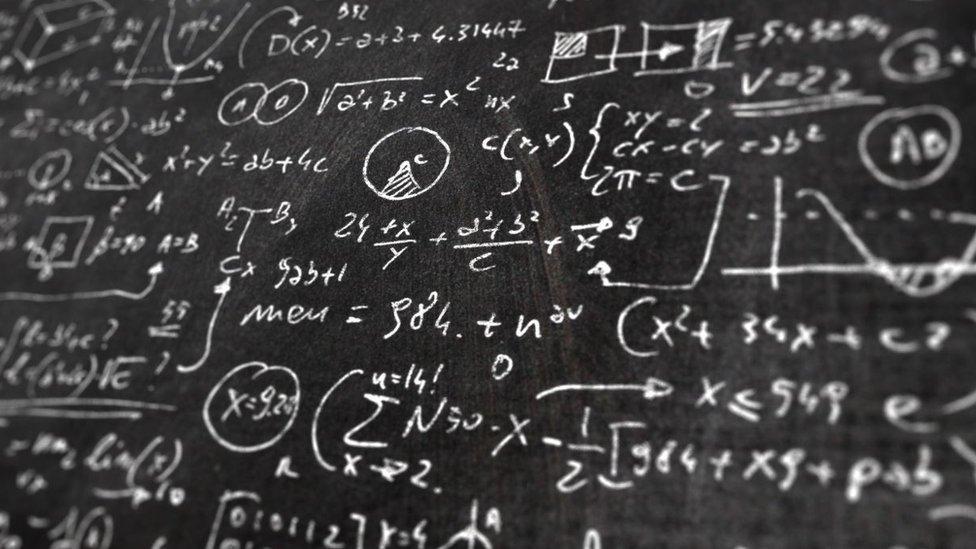 Sofya Kovalevskaya hizo investigación en física matemática, mecánica celeste, teoría potencial y cálculo.
