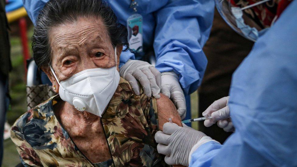 Vaksin lansia: Mayoritas warga lanjut usia belum divaksin, dari bingung  proses daftar hingga cemaskan efek samping - BBC News Indonesia