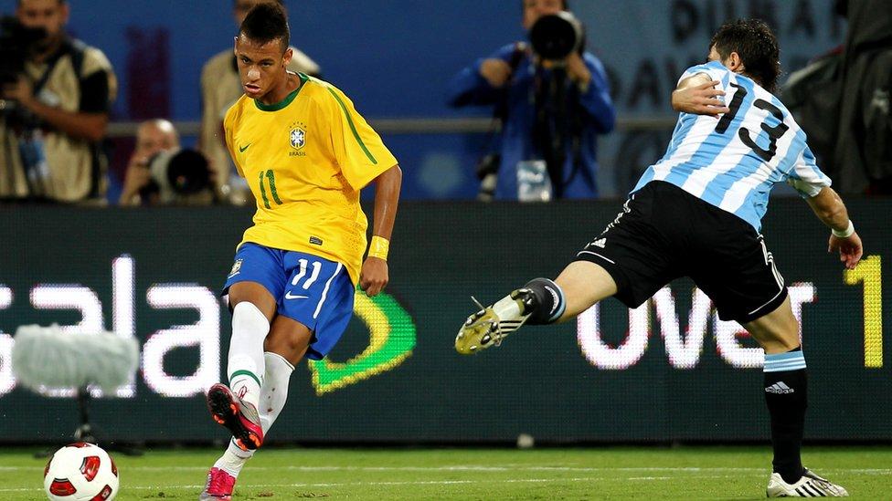 Pese a la presión de los aficionados y la prensa, Neymar no fue convocado por Dunga para ir al Mundial de Sudáfrica 2010.