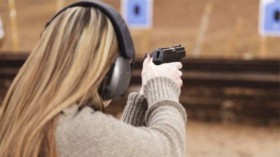 فتاة تتدرب على إطلاق النار
