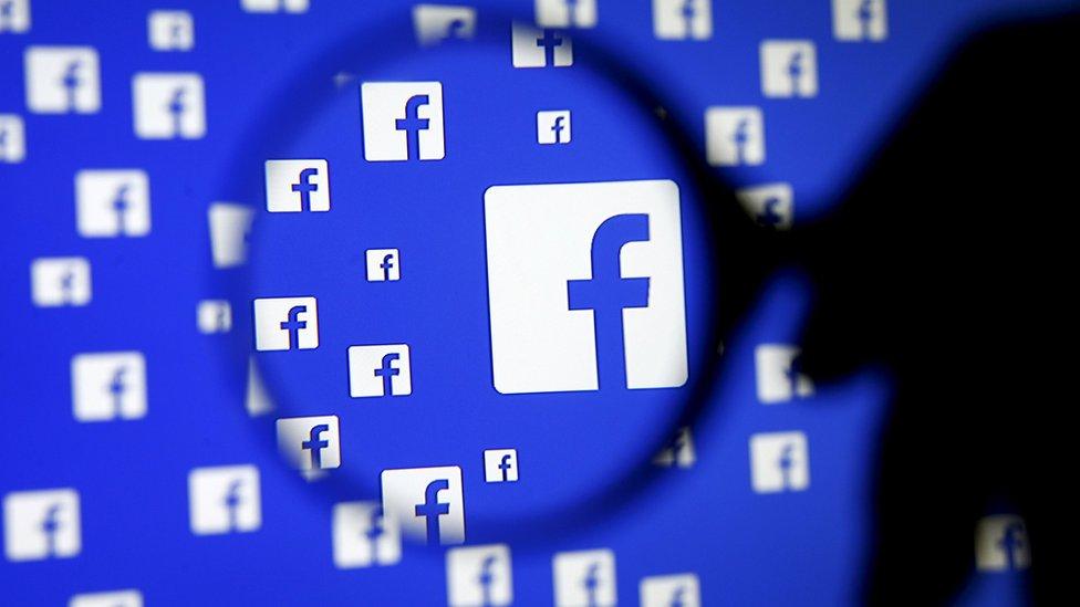 Muchas personas se han visto en aprietos por enviar fotos de desnudos a través de Facebook.
