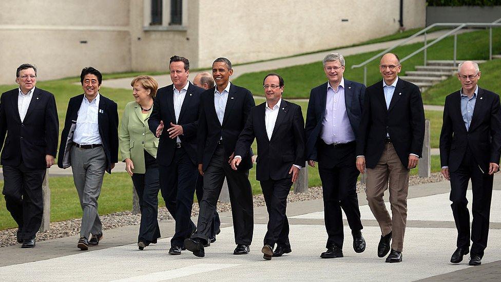 Barack Obama, Francois Hollande, Angela Merkel y otros líderes políticos caminan en una cumbre del G8.