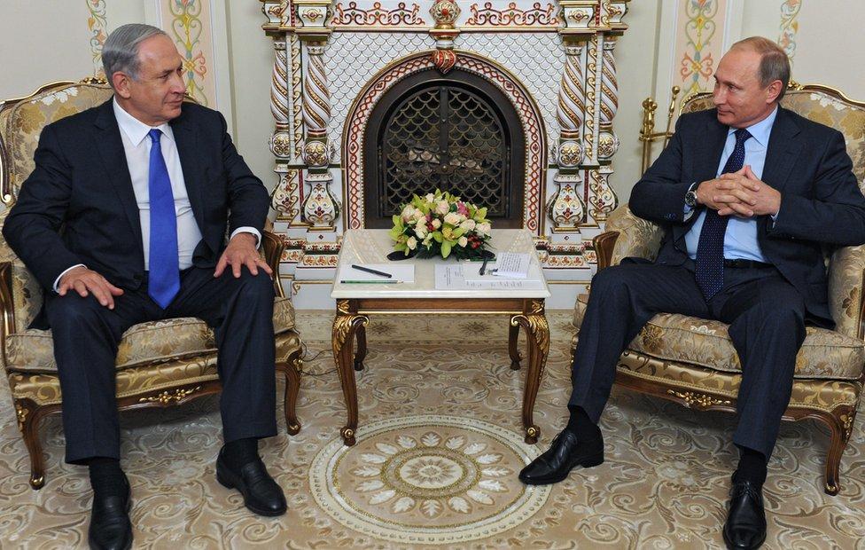 Russian President Vladimir Putin (r) meets Israeli Prime Minister Benjamin Netanyahu outside Moscow on 21 September
