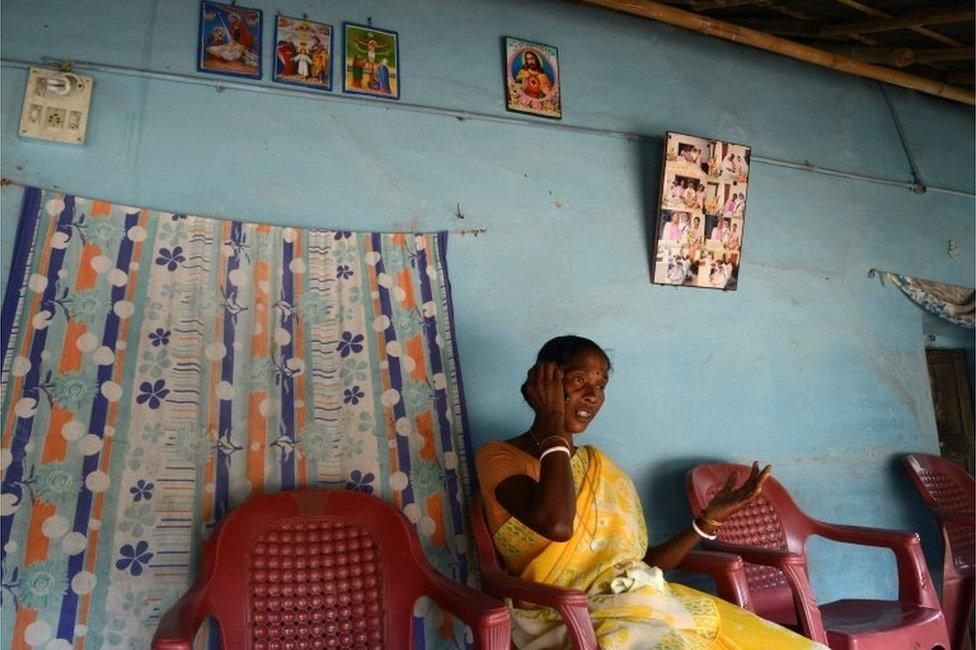 La mujer india Monica Besra habla por teléfono en su casa del pueblo de Nakur, a 500km de Calcuta