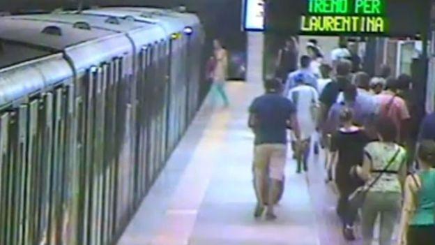 المرأة ركبت القطار ثم نزلت في آخر لحظة