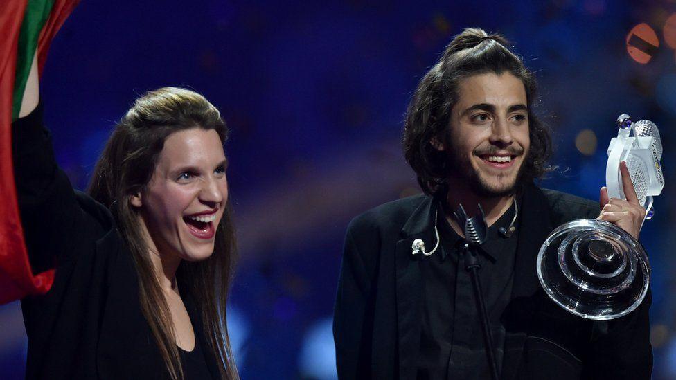 Salvador Sobral junto a su hermana cuando le dieron el trofeo del concurso.