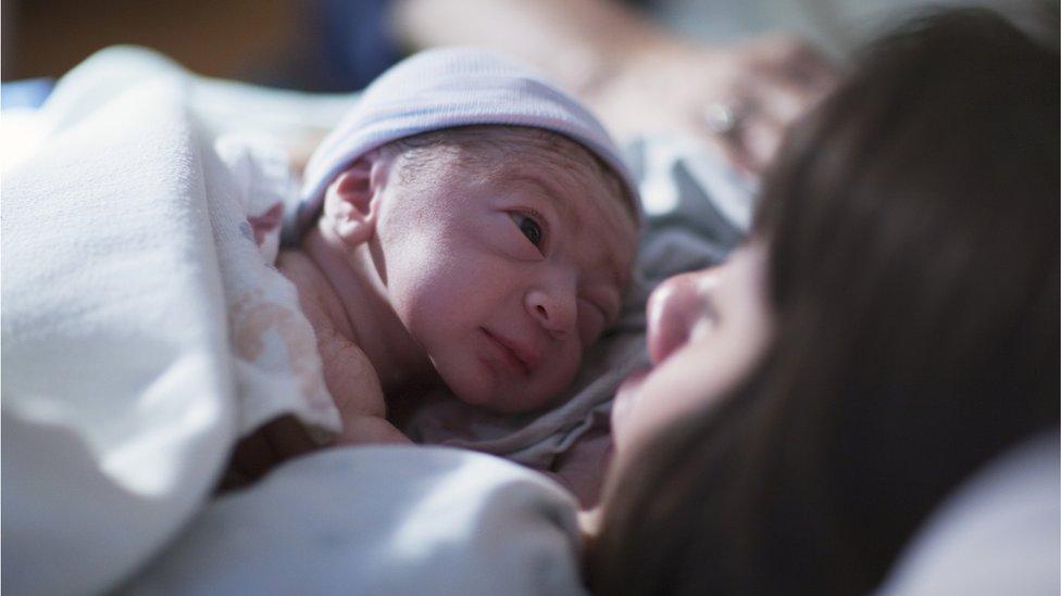 Recién nacido mirando a su madre