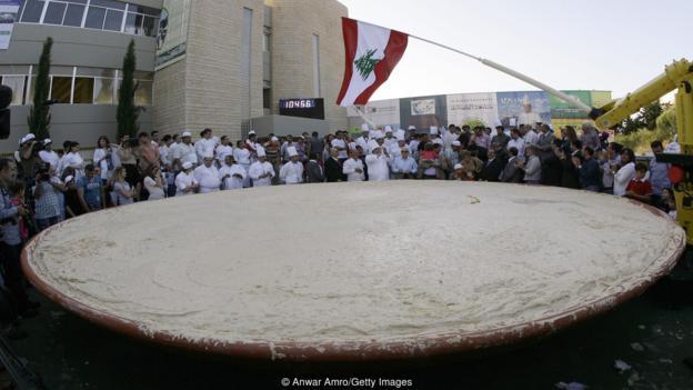 Líbano tiene el récord Guinness de elaborar el mayor plato de humus con un peso de 10.452 kilogramos.