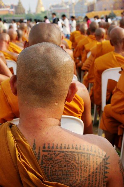 En Tailandia algunos tatuajes son considerados sagrados y se ponen en una ceremonia especial donde los monjes entran en trance.