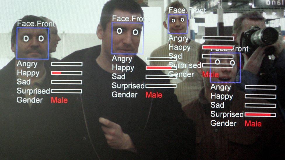 Personas siendo reconocidas por visión computarizada