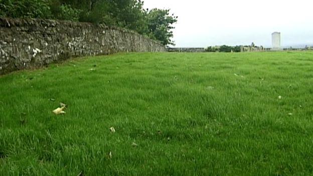 مقبرة سانت ماري في لارنك حيث يعتقد أن 400 طفل مدفونيين