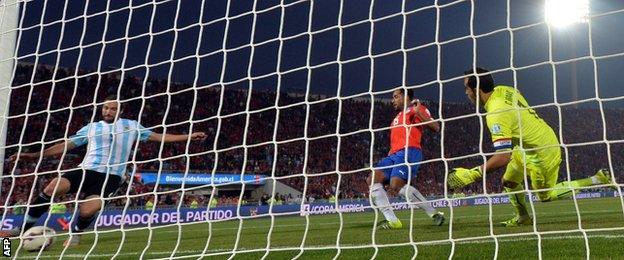 Gonzalo Higuain misses a chance