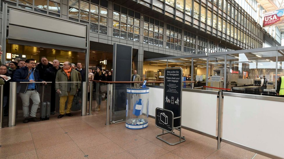 ظل مئات المسافرين خارج المطار بينما كان المصابون يفحصون طبيا لتحديد مصدر التسريب وطبيعة المادة