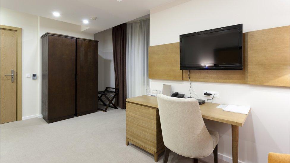 Televisor en un cuarto de hotel