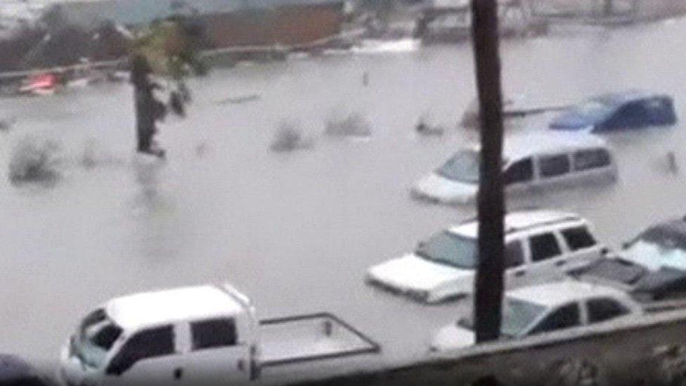 السيارات غرقت في الجزيرة