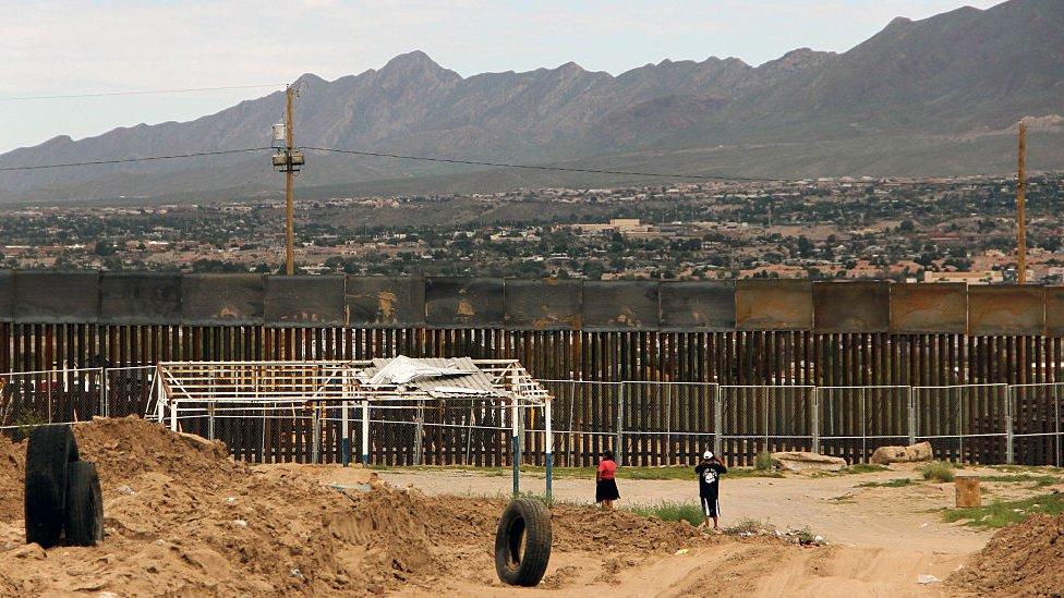工人在建築墨西哥和美國邊界圍牆