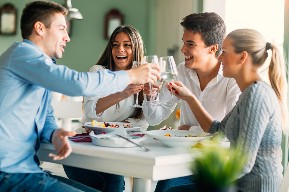 Amigos cenando en un restaurante