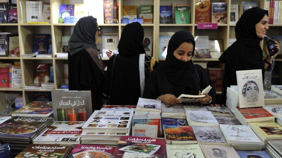Mujeres en una librería de Jeddah