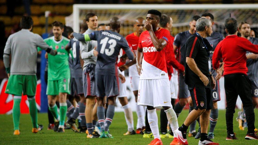 لاعبو بيشكتاش يحتفلون بالفوز على موناكو بعد المباراة