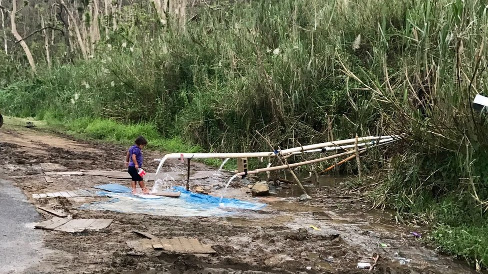 Dos meses después del huracán, muchos continúan luchando por encontrar agua.