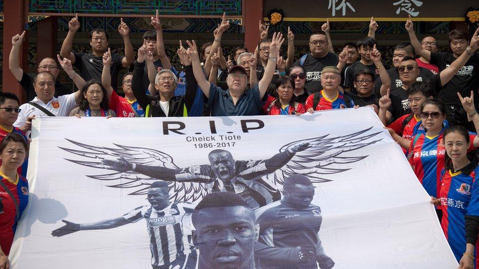 Los aficionados del Beijing Enterprise, el último club al que perteneció Tiote, rindieron tributo al jugador marfileño.